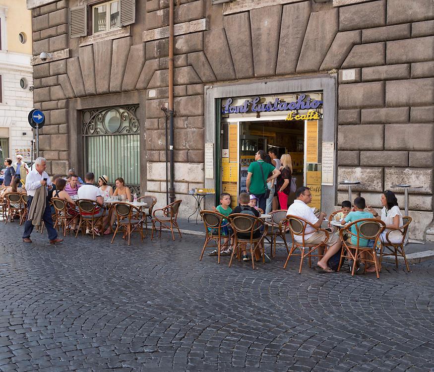 turisti nel famoso bar di Sant'eustachio di roma,<br /> tourists in the famous bar Sant'eustachio rome