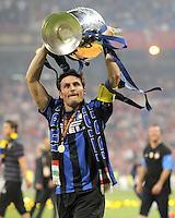 FUSSBALL      CHAMPIONS LEAGUE FINALE     SAISON  2009/2010 FC Bayern Muenchen - Inter Mailand      22.05.2010 JUBEL Javier Zanetti mit POKAL (Inter)