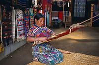 Guatemala. Lac Atitlan. Santa Catarina Palopo. Metiers a tisser de ceinture. // Guatemala. Atitlan lac. Santa Catarina Palopo. Weaving.