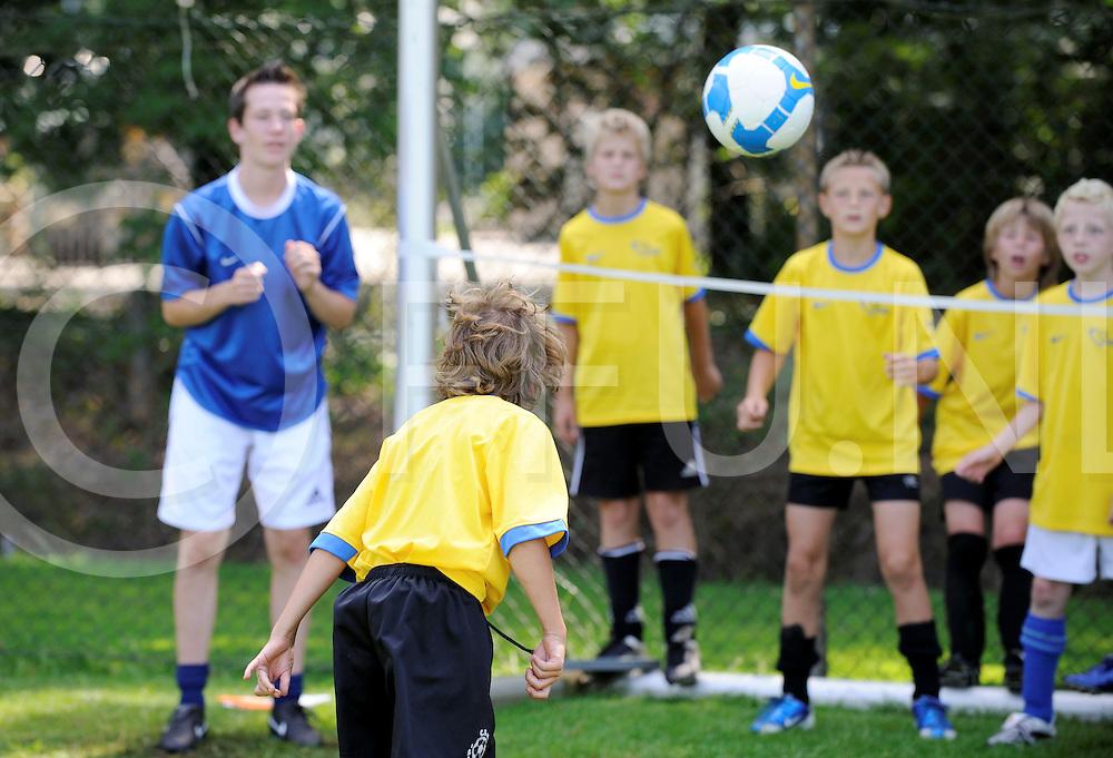 08030 lemelerveld ned.Jeugdvoetbal week..foto: spelen circuit, koppen in een van van het doel..ffu press agency©2008frank uijlenbroek..