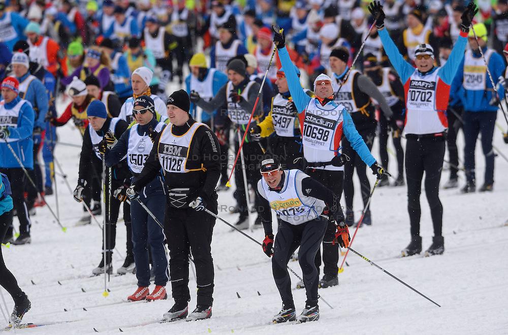 06-03-2016 SWE: Vasaloppet Challenge BvdGF day 7, Sälen<br /> Vandaag een rustig dagje, 90 km langlaufen van Sälen naar Mora in bizarre omstandigheden / De start een kleine 16.000 man met helemaal achterin BvdGF met Xander, Maurice, Marco, Frank, Niels