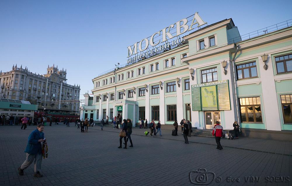 Je suis arrivée le soir en gare de Bieoloruskaya. Premier contact avec la vraie ville de Moscou. La lumière était splendide et j 'étais sur un petit nuage. Il me fallait trouver la station de métro.