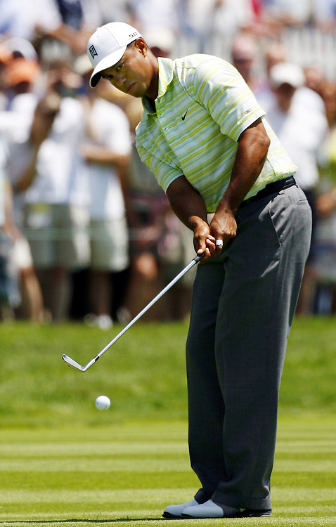 Tiger Woods of the US chips on the first hole during the first day of the US Open Golf Championship at Winged Foot Golf Club in Mamaroneck, New York Thursday, 15 June 2006.