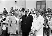 09/07/1962<br /> 07/09/1962<br /> 09 July 1962<br /> Eire Society of Boston received by President Eamon de Valera at Aras an Uachtarain, Phoenix Park, Dublin. About 70 members of the Eire Society of Boston visiting Ireland were received by the President. Picture shows Cork born Director of the Dociety's tour, Mr Henry Weldon (left) and his wife Mrs Ruth Weldon chatting to the President during their vivid to Aras an Uachtarain.