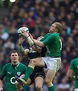 09.02.2013 Edinburgh, Scotland.   Scotland's Sean Lamont beats Ireland's Keith Earls to the ball  during the RBS Six Nations Championship match between Scotland and Ireland, from Murrayfield Stadium.
