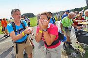 Nederland, Groesbeek, 20-7-2016 Deelnemers aan de 101e, 4daagse, vierdaagse, lopen op de derde dag, de dag van Groesbeek, o.a over de zevenheuvelenweg. Het is de zwaarste dag vanwege de heuvels. Ook brengen veel militairen, en zeker die uit Canada, een bezoek aan de Canadese militaire begraafplaats waar honderden gesneuvelde soldaten liggen die hier in 1944 gevochten hebben. 4 Daagse, Dag van Groesbeek, Zevenheuvelenweg. De vierdaagse is het grootste wandelevenement ter wereld. Deze dag is beroemd vanwege de heuvels die belopen moeten worden. Blaren en voeten worden verzorgd op een hulppost van Rode Kruis en de landmacht. Ook de plaatselijke bevolking en vooral de jeugd verzorgen veel afleiding met muziek, water en eten en drinken op het parcours . Foto: Flip Franssen