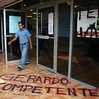 Toluca, Mex.- Unos 80 egresados de la Normal de Teneria en Tenancingo, tomaron por asalto las instalaciones de los Servicios Educativos Integrados al Estado de México (SEIEM), para exigir plazas como profesores por las que no quisieron concursar en el exámen general de evaluación que aplicó la SEP; En lugar, es resguardado por elementos policiacos de la Agencia de Seguridad Estatal (ASE). Agencia MVT / Luis Enrique Hernandez V. (DIGITAL)<br /> <br /> <br /> <br /> NO ARCHIVAR - NO ARCHIVE