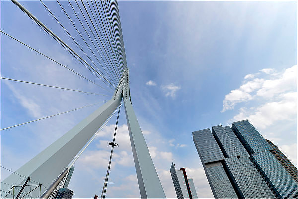 Nederland, Netherlands, Rotterdam, 2-5-2015Kop van Zuid, wilhelminakade, hoogbouw. De Rotterdam van architect Rem Koolhaas. Tuibrug, erasmusbrug.District Kop van Zuid with building De Rotterdam from architect Rem Koolhaas. ErasmusbridgeFOTO: FLIP FRANSSEN/ HOLLANDSE HOOGTE