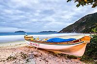 Barco sobre a areia na Praia da Solidão ao anoitecer. Florianópolis, Santa Catarina, Brasil. / Boat on the sand at Solidao Beach at dusk. Florianopolis, Santa Catarina, Brazil.