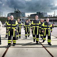 Nederland. Amsterdam. 18 mei 2010..Brandweerlieden uit Den Haag treden aan om mee te helpen bij de vuilnisbergen in Amsterdam..De brandweerlieden zijn blij met de cao die de stakende collega's afgedwongen hebben.