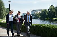 03 SEP 2010, BERLIN/GERMANY:<br /> Birgit Marschall (L), Redakteurin Rheinische Post, Thomas de Maiziere (M), CDU, Bundesinnenminister, und Dr. Gregor Mayntz (R), Redakteur Rheinische Post, Intervirew waehrend einem Spaziergang von der Bundespressekonferenz zum Bundesinnenministerium, im Hintergrund: das Bundeskanzleramt<br /> IMAGE: 20100903-01-040<br /> KEYWORDS: Thomas de Maizière