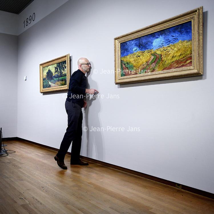 Nederland, Amsterdam , 23 september 2012..Enkelepubliekslievelingen, waaronder Zonnebloemen, Irissen, De slaapkamer en Korenveld met kraaien worden op zondag 23 september om 18.00 uur, direct na sluiting van het Van Gogh Museum aan het Museumplein, van zaal gehaald en naar de Hermitage verhuisd voor depresentatie Vincent. Het Van Gogh Museum in de Hermitage Amsterdam vanaf 29 september..Vincent van Gogh's paintings from the Van Goghmuseum are being moved to the Hermitage Museum in Amsterdam.