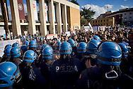 Roma 16 Ottobre 2015<br /> Un centinaio di studenti ha protestato in piazzale Aldo Moro, di fronte all'Università La Sapienza, la sede del  Maker Faire 2015, la fiera dell'innovazione europea organizzata all'interno dell'universita. I manifestanti denunciano l'uso privatistico di una struttura pubblica, l'interruzione delle attività di ricerca e la non trasparenza sull'uso dei ricavi. La polizia in tenuta antisomossa carica i manifestanti.<br /> Rome 16 October 2015<br /> A hundred students protested in Piazzale Aldo Moro, opposite the University La Sapienza, the headquarters of the Maker Faire 2015, the European innovation fair organized within the university. Protesters denounce the  private use of a public facility, the interruption of research and lack of transparency on the use of revenues. Police in riot gear charged the demonstrators.