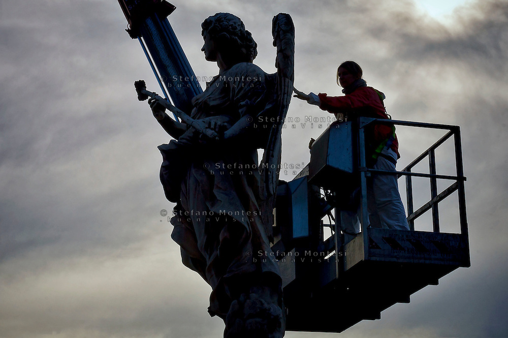 "Roma 24 Novembre 2015<br /> Sopralluogo per la manutenzione conservativa delle statue di ponte Sant' Angelo. I tecnici al lavoro sulla statua Angelo con la spugna (""Potaverunt me aceto"") dello scultore Antonio Giorgetti.<br /> Rome 24 November 2015<br /> Survey for the conservative maintenance of the statues of the bridge Sant 'Angelo. Technicians work on the statue Angel with the Sponge (""Potaverunt me vinegar"") by sculptor Antonio Giorgetti."