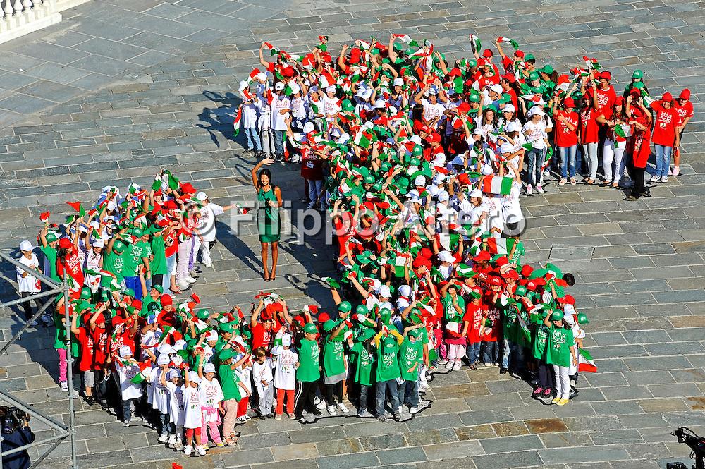 &copy; Filippo Alfero<br /> I bambini di Venaria compongono l'Italia con uno stivale umano in occasione di &quot;Tutti a scuola&quot; inaugurazione anno scolastico<br /> Venaria (TO), 21/09/2010<br /> cronaca<br /> Nella foto: l'Italia formata dai bimbi e Cristina Chiabotto