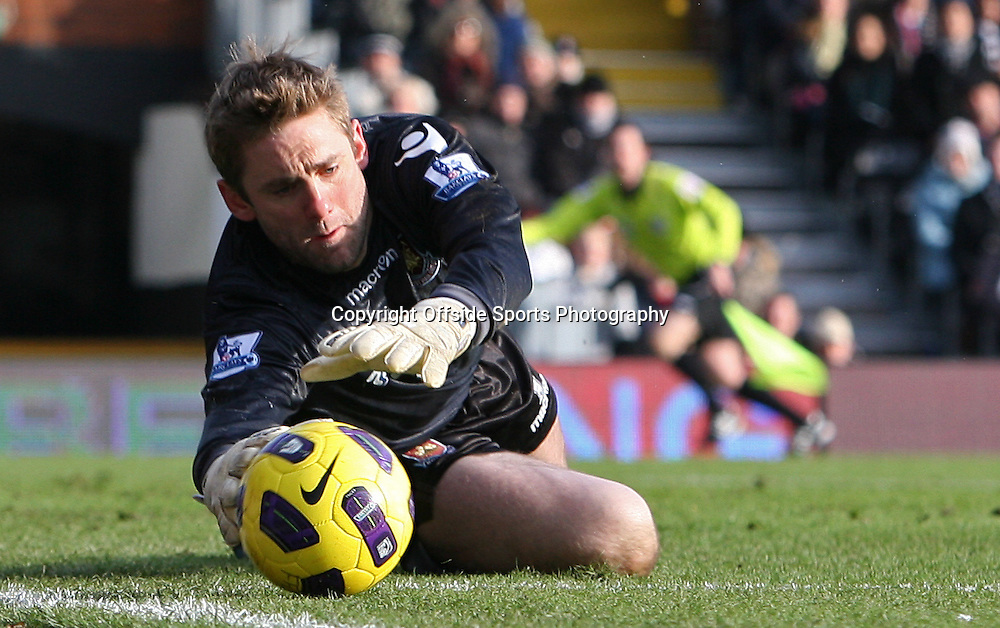 26/12/2010 - Barclays Premier League - Fulham vs. West Ham United - West Ham goalkeeper Robert Green dives to make a save - Photo: Simon Stacpoole / Offside.
