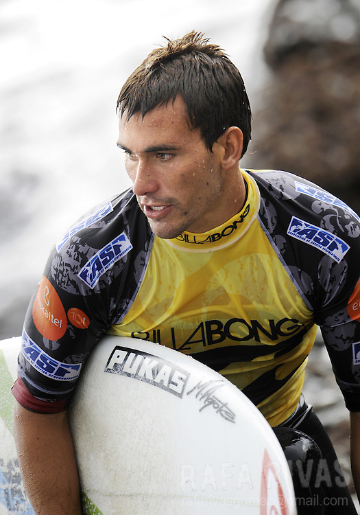 Spanish surfer Aritz Aranburu comes out the water after surfing the second round of the ASP Billabong pro Mundaka surfing world championship, on October 2, 2008, in the northern Spanish Basque village of Mundaka. Aranbruru won the round against US surfer Chris Ward and qualified for the third round. PHOTO / RAFA RIVAS