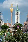 Dreifaltigkeitssäule vor Stadtturm, Theresienplatz, Stadtplatz, Straubing, Donau, Bayerischer Wald, Bayern, Deutschland | Trinity column, Stadtplatz, town square, Straubing, Danube, Bavarian Forest, Bavaria, Germany