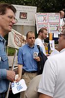 14 JUL 2001, BERLIN/GERMANY:<br /> Eltern, meist Vaeter, demonstrieren gegen die Trennung von ihren Kindern (i.d.R. durch Scheidung von einem auslaendischen Partner), viele haben Bilder ihrer Kinder und  einen Zettel mit der Anzahl der Besuche seit der Anzahl der Tage der Trennung, Breitscheidplatz vor der Gedaechniskirche<br /> IMAGE: 20010714-01-005<br /> KEYWORDS: Scheidungskind, Scheidungskinder, Demo, Demonstration, Demonstrant, demonstrator, Protest