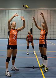 21-05-2014 NED: Selectie Nederlands volleybal team vrouwen, Arnhem<br /> Op Papendal werd het Nederlands team volleybal seizoen 2014-2015 gepresenteerd / Mizuno met Femke Stoltenborg, Martet Grothues en Robin de Kruif