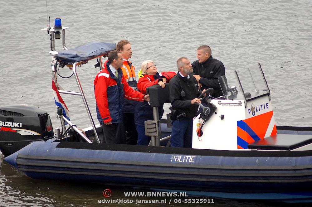 NLD/Huizen/20061013 - Politiehonden en begeleiders wedstrijd, politieboot politie Gooi & Vechtstreek met korpschef Magda Berndsen