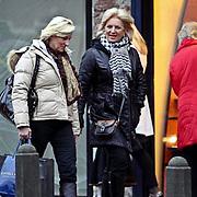 NLD/Laren/20081221 - Anita Meyer en waarschijnlijk zuster winkelend in Laren