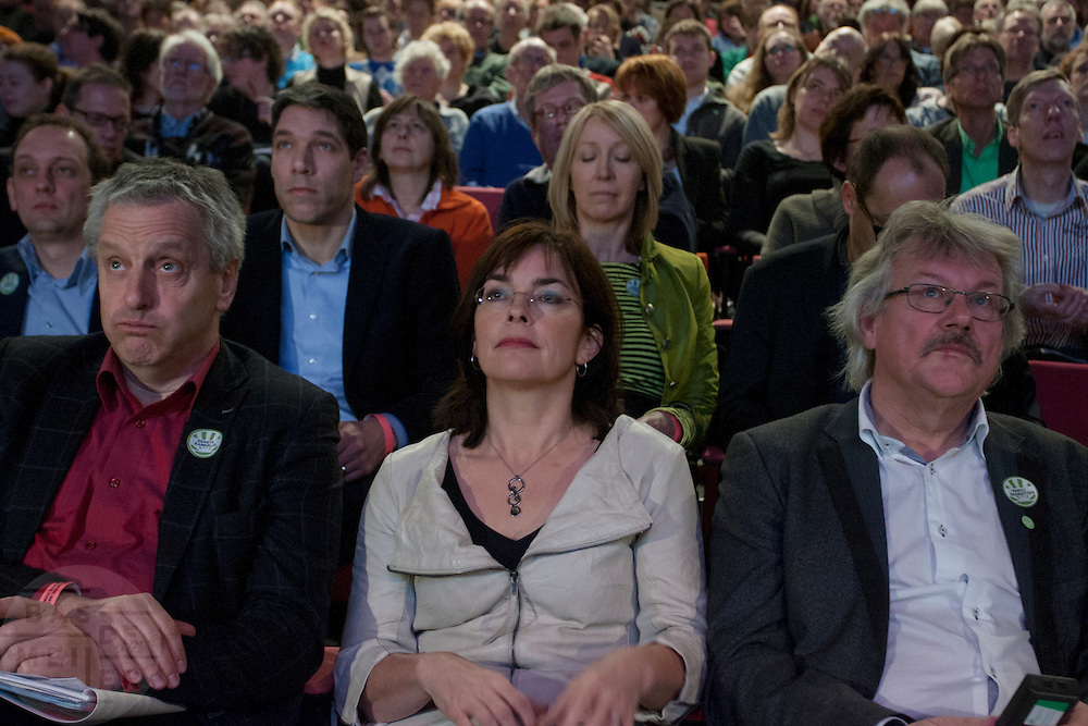 Tof Thissen, Jolande Sap en Henk Nijhof (vlnr) kijken in spanning naar de uitslag van de motie. In Utrecht vindt het 30e partijcongres plaats van GroenLinks. Een van de heikele punten is de missie naar Kunduz. Ook wordt een nieuwe partijvoorzitter gekozen.<br /> <br /> Senator Tof Tissen, political leader Jolande Sap en chairman Henk Nijhof are watching at the results of a resolution. The Dutch party GroenLinks (Green party) holds its 30th convention in Utrecht. One of the big issues is the mission to Kunduz. They will also elect the new chairman of the party.