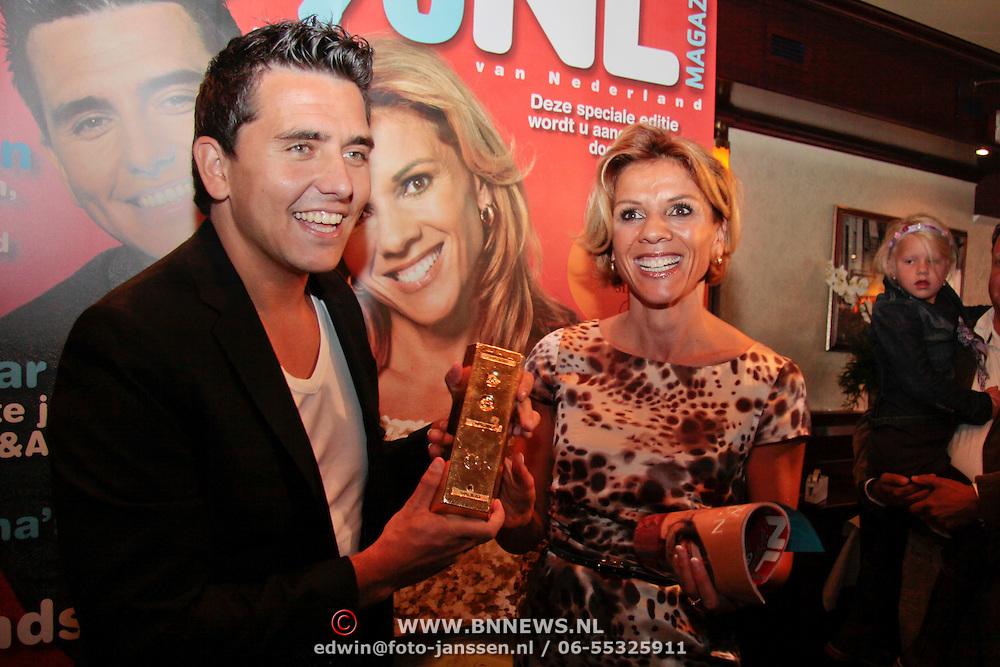 NL/Volendam/20110914 - Jan Smit en Leontien van moorsel onthullen 100% NL magazine grootste oplage aller tijden, Jan Smit met een baar goud