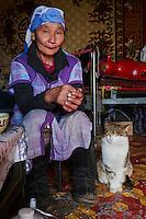 Mongolie, province de Bayan-Olgii, paysage en hiver, famille kazakhe à l'heure du thé  // Mongolia, Bayan-Olgii province, landscape in winter, Kazakh family, tea time