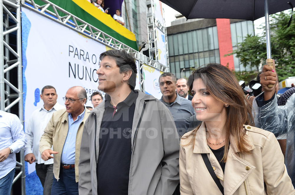 SAO PAULO, 02 DE JUNHO DE 2013 - MOVIMENTACAO PARADA GLBT - O prefeito Fernando Haddad, acompanhado da esposa Ana Estela Haddad, da vice Nadia Campeão e do Governador Geraldo Alckmin, chegam ao palco da Parada GLBT, na manha deste domingo, 02, Avenida Paulista, rgeião central da capital.  (FOTO: ALEXANDRE MOREIRA / BRAZIL PHOTO PRESS)