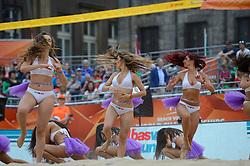20150629 NED: WK Beachvolleybal day 4<br /> Wessel Keemink #2 en Sven Vismans #1 hebben ook hun tweede groepswedstrijd op de WK beachvolleybal verloren. Het Amerikaanse duo Nicholas Lucena en Theodore Brunner was op de Dam in Amsterdam in twee sets te sterk 21-16 en 21-13 / Cheerleaders Transavia dance girls