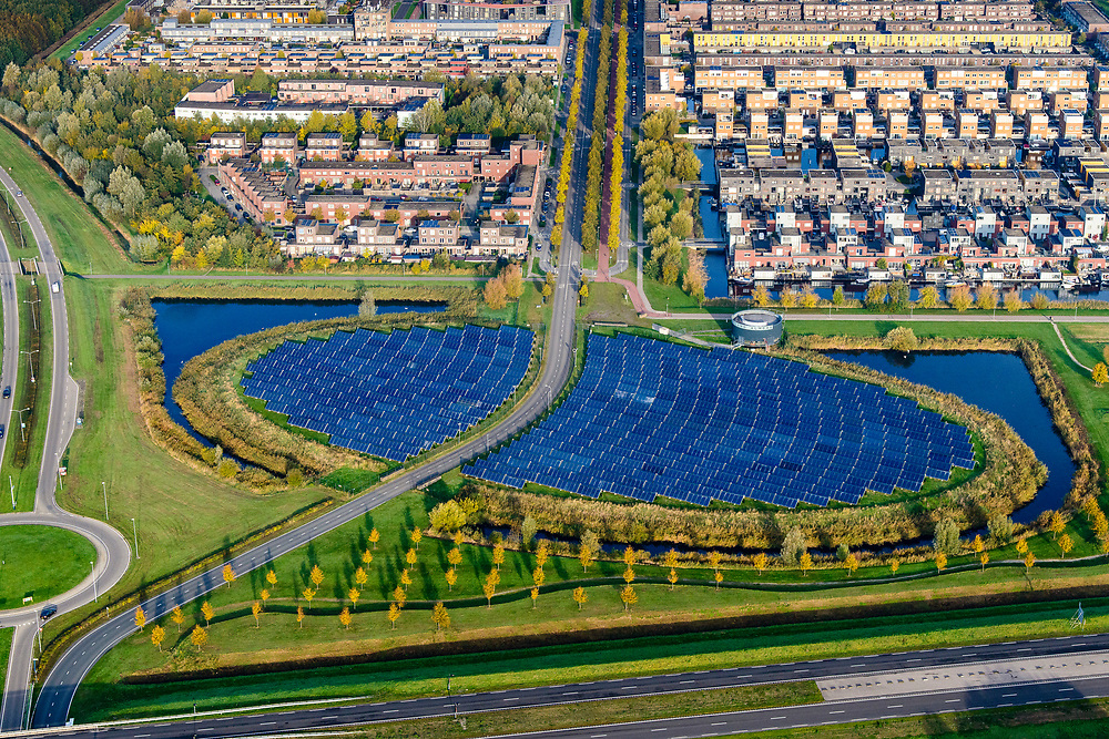 Nederland, Flevoland, Almere Stad, 04-11-2018; Almere, Noorderplassen-West, met Zoneiland Almere. De zonnecollectoren op het eiland verwarmen water wat aan het stadswarmtenet wordt toegevoegd. Solar panels on Sun island in the new constructed residential district in Almere providing city heating.<br /> luchtfoto (toeslag op standaard tarieven);<br /> aerial photo (additional fee required);<br /> copyright © foto/photo Siebe Swart