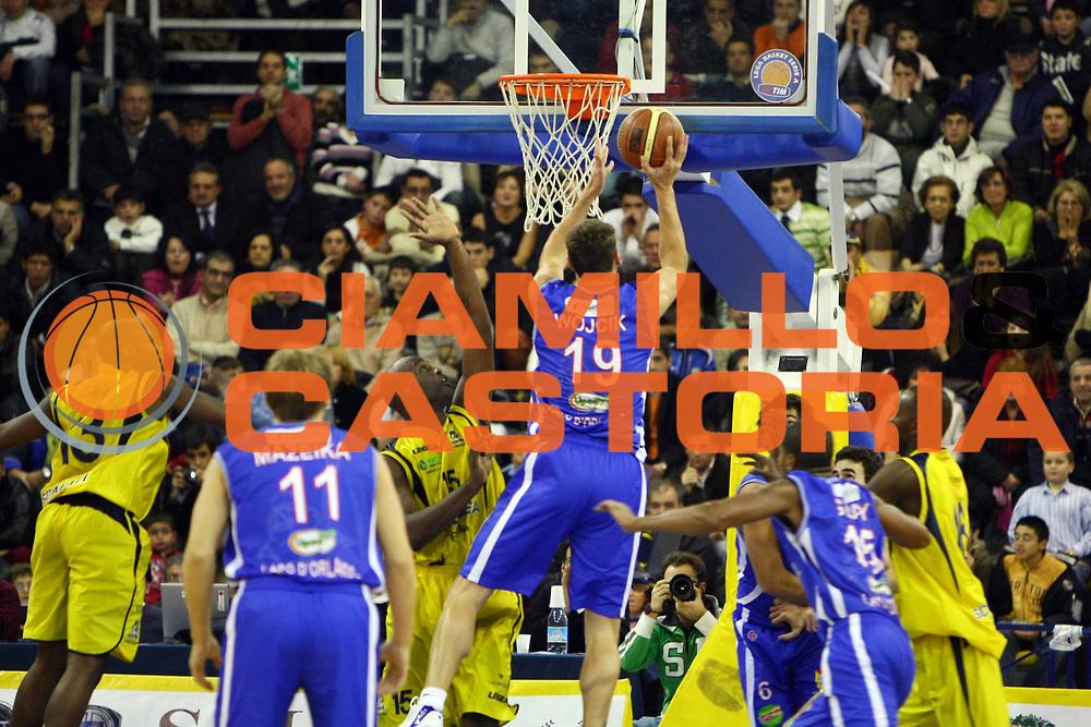 DESCRIZIONE : Scafati Lega A1 2007-08 Legea Scafati Pierrel Capo Orlando  <br /> GIOCATORE : Adam Wojcik<br /> SQUADRA : Pierrel Capo Orlando<br /> EVENTO : Campionato Lega A1 2007-2008 <br /> GARA : Legea Scafati Pierrel Capo Orlando <br /> DATA : 18/11/2007 <br /> CATEGORIA : Tiro<br /> SPORT : Pallacanestro <br /> AUTORE : Agenzia Ciamillo-Castoria/J.Pappalardo