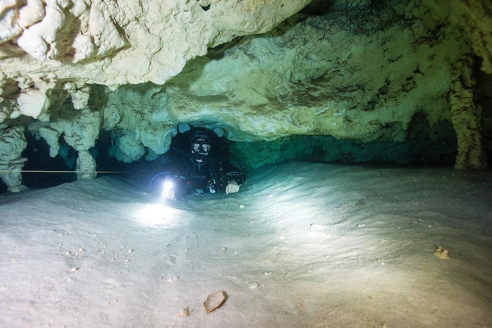 Étroit passage de caverne submergée. | Tight passage in a submerge cave.