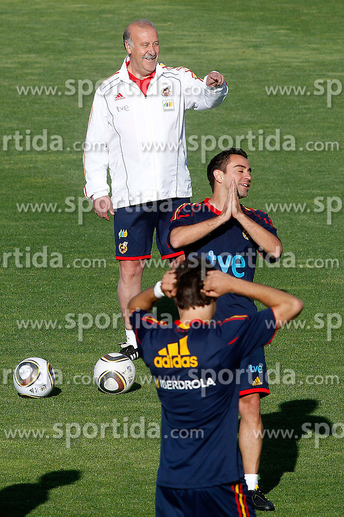 10.06.2010, Sportanlage, Potchefstroom, RSA, FIFA WM 2010, Training Spanien im Bild Spain's coach Vicente del Bosque and Xavi Hernandez, EXPA Pictures © 2010, PhotoCredit: EXPA/ Alterphotos/ Acero / SPORTIDA PHOTO AGENCY