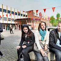 Nederland, Diemen , 28 april 2011..Leerlingen van de InHolland vestiging in Diemen Zuid vanmorgen..GroenLinks-Kamerlid Jesse Klaver vraagt een spoeddebat aan met staatssecretaris Halbe Zijlstra over het rapport van de Inspectie van het Onderwijs over Inholland. Hij vindt dat de rest van het rapport nu ook snel openbaar moet worden gemaakt...o.De inspectie onderzocht niet alleen de rechtmatigheid van diploma's die zijn uitgegeven door Inholland, maar ook andere hbo-instellingen en twee universiteiten..Klaver hoopt dat er voor de gedupeerde afgestudeerden een bevredigende oplossing wordt gevonden..Foto:Jean-Pierre Jans
