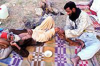 Pakistan - La fête des soufis - Province du Sind et du Balouchistan - Pélerinage soufi de Lahoot - Le soir au campement un vieille homme se fait masser par un autre pélerin // Pakistan, Sind, sufi pilgrimage of Lahoot