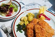 Wiener Schnitzel mit Kartoffelnt, Restaurant Hotel Sacher, Wien, Österreich.|.Vienna Schnitzel, restaurant Hotel Sacher, Vienna, Austria