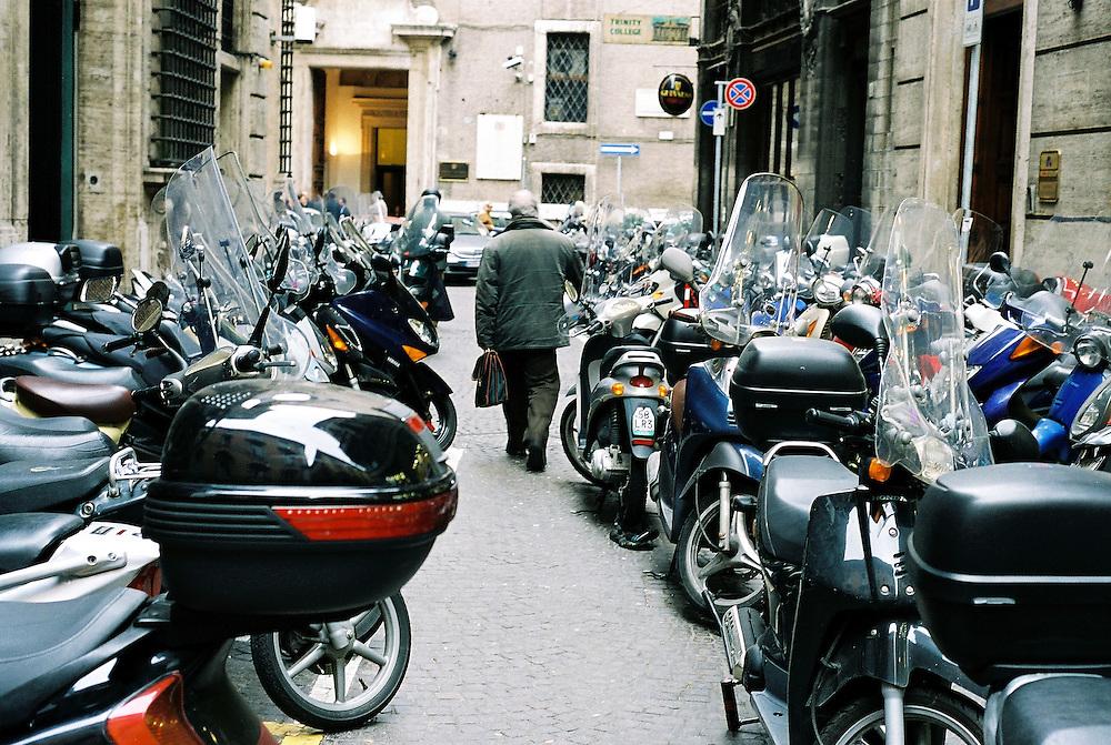 ITALY - Rome - Traffic - ITALIEN - ROM - Traffic - Motor Scooter; Goverment District;  Verkehr.Nebenstrasse des VIA DEL CORSO, Regierungsviertel,Montecitorio, Motorroller,  Mopeds,Vespas; 01.02.2002; copyright > Christian Jungeblodt