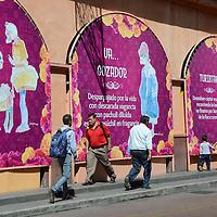 Toluca, México (Octubre 14, 2016).- Bernardo Campos, caricaturista mexiquense, expone mas de 50 calaveras dirigidas a la ciudadania, en los arcos de los Portales  de Toluca a espalda de los puestos del Alfeñique.  Agencia MVT / José Hernández.
