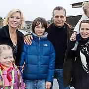 NLD/Harderwijk/20100320 - Opening nieuwe Dolfinarium seizoen met nieuwe show, Robert Schoemacher met partner Claudia, Livia, Moos,Andjélica en Anja