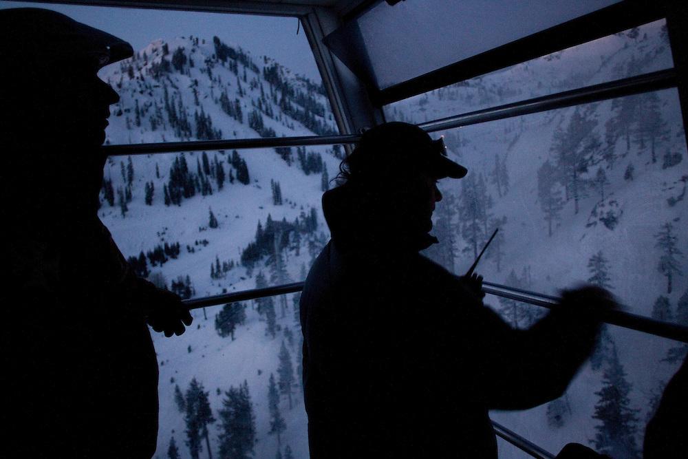 Un oeil sur la radio un oeil sur la montagne direction high camp.