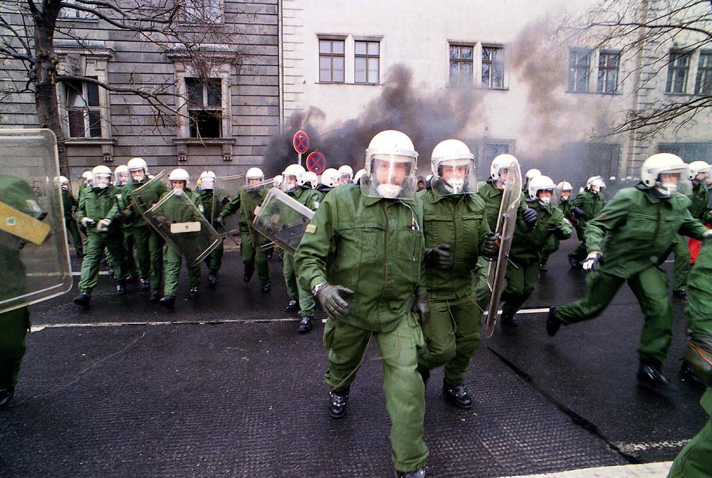 &copy;  christian  JUNGEBLODT.<br />Demonstration gegen die Olympia-Bewerbung Berlins<br />f&uuml;r das Jahr 2000. <br />&quot;NOlympia 2000&quot; - Polizeieinsatz gegen Demonstranten,<br />Schlagstockeinsatz...