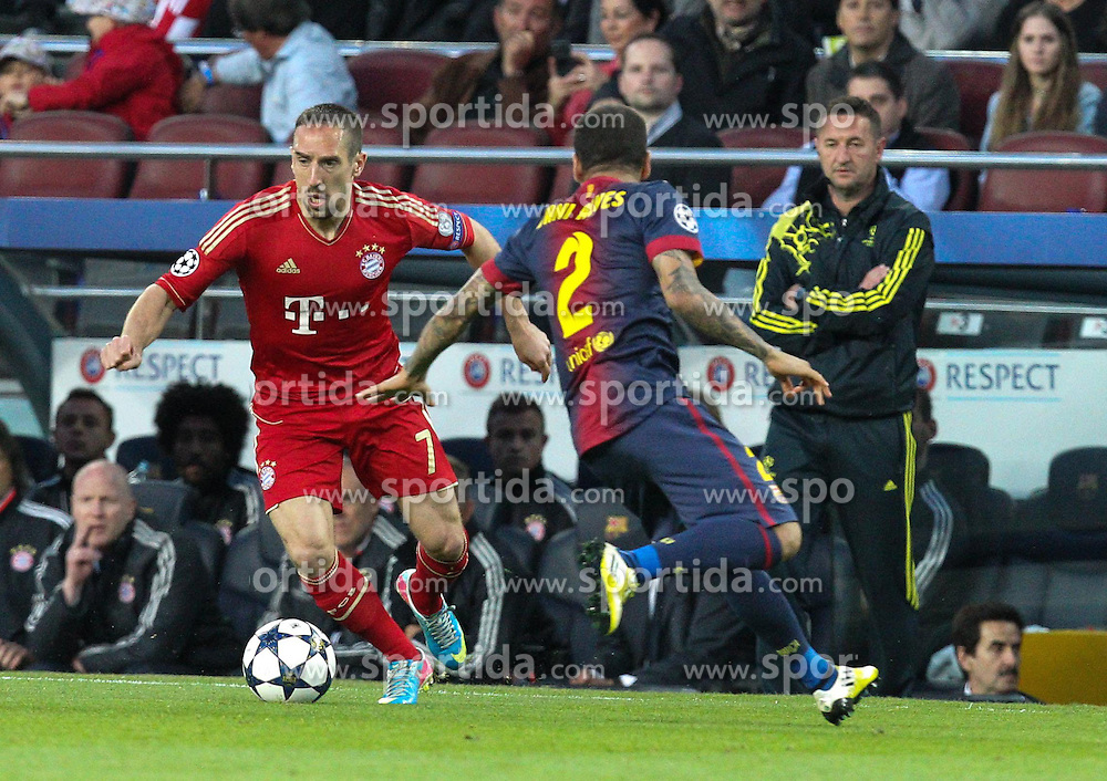01.05.2013, Camp Nou, Barcelona, ESP, UEFA CL, FC Barcelona vs FC Bayern Muenchen, Halbfinale, Rueckspiel, im Bild Zweikampf zwischen links Franck RIBERY #7 (FC Bayern Muenchen) und Daniel ALVES #2 (FC Barcelona), // during the UEFA Champions League 2nd Leg Semifinal Match between Barcelona FC and FC Bayern Munich at the Camp Nou, Barcelona, Spain on 2013/05/01. EXPA Pictures © 2013, PhotoCredit: EXPA/ Eibner/ Christian Kolbert..***** ATTENTION - OUT OF GER *****