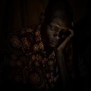 Portrait d'un leader communautaire shilluk, dans son abri, au camp de protection des civils de la Mission des Nations Unies au Soudan du Sud, la Minuss, de Malakal, dans le nord du pays.