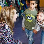 NLD/de Meern/20151009 - Voorleesactie prinses Laurentien + Jan Terlouw boek 'Kapsones', weervrouw Helga van Leur