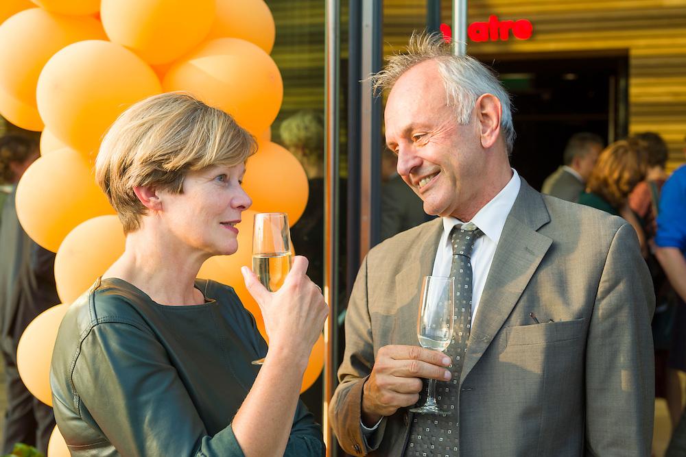 Nederland, Rotterdam, 20141003.<br /> L: Frida van den Maagdenburg, dagelijks bestuur AMC<br /> R: Edward Beem, Zonmw<br /> Deze week heeft Paulien nog een andere prijs gekregen, de Kakadorus prijs. Dat vinden we belachelijk!<br /> <br /> <br /> Congres Vakmanschap voor Zorg op Erasmus Universiteit