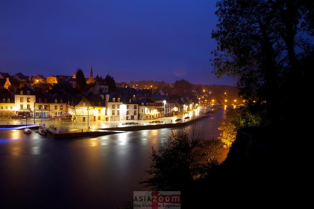 Le port de Saint Goustan au petit matin un jour de pluie&hellip;<br /> Le port Saint-Goustan (ou &laquo; de Saint-Goustan &raquo;) est un ancien port de p&ecirc;che et de commerce, situ&eacute; en bordure de la rivi&egrave;re d'Auray (ou rivi&egrave;re du Loc'h).<br /> Il tire son nom de saint Goustan, le patron des marins et des p&ecirc;cheurs.