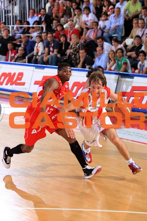 DESCRIZIONE : Teramo Lega A 2008-09 Playoff Quarti di finale Gara 1 Bancatercas Teramo Armani Jeans Milano<br /> GIOCATORE : Giuseppe Poeta<br /> SQUADRA : Armani Jeans Milano<br /> EVENTO : Campionato Lega A 2008-2009 <br /> GARA : Bancatercas Teramo Armani Jeans Milano<br /> DATA : 18/05/2009<br /> CATEGORIA : palleggio<br /> SPORT : Pallacanestro <br /> AUTORE : Agenzia Ciamillo-Castoria/M.Carrelli<br /> Galleria : Lega Basket A1 2008-2009 <br /> Fotonotizia : Teramo Lega A 2008-09 Playoff Quarti di finale Gara 1 Bancatercas Teramo Armani Jeans Milano<br /> Predefinita :