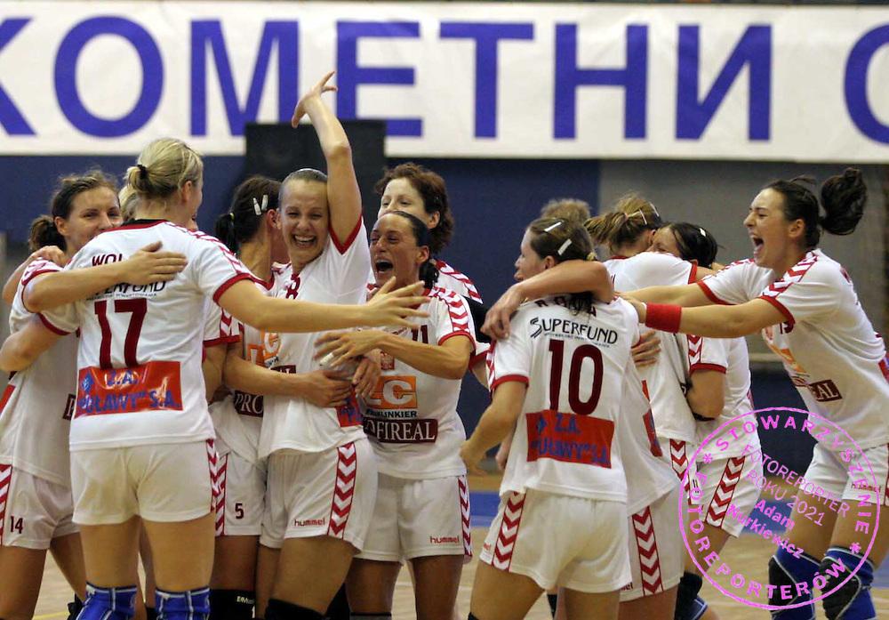 09.06.2007 Nis-Serbia.Serbia-Poland second qualify match for world cup.Poland handball girls celebrate victory after match and going on world handball championship .Foto:Aleksandar Djorovic